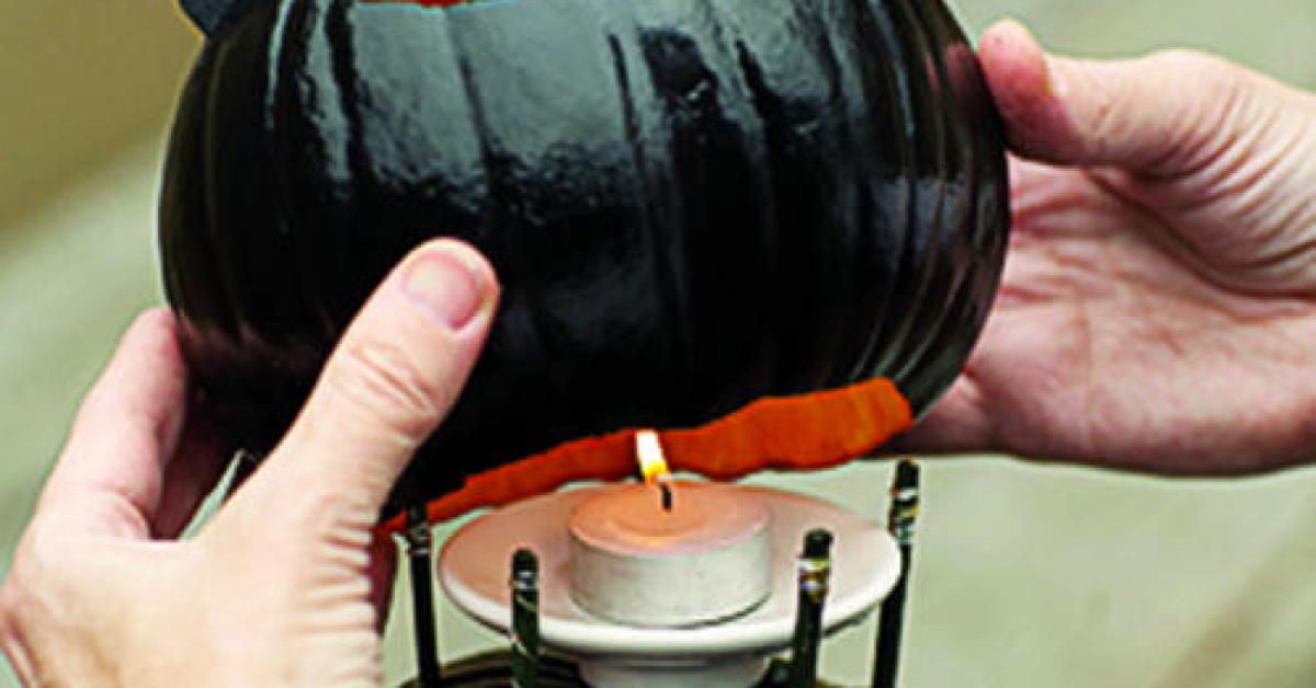 2 dynie, świeczka i spray wystarczą, aby stworzyć efektowną ozdobę. Idealna na jesień