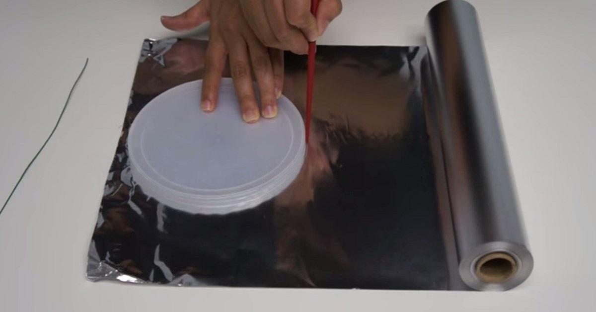 Plastikową pokrywkę odrysowała na folii aluminiowej i wycięła. Zrobiła z tego coś łatwego dla każdego