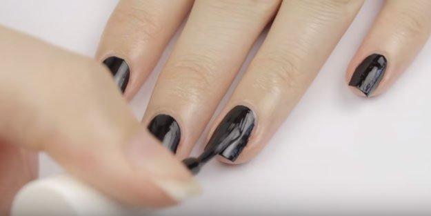 Z pomocą folii celofanowej stworzysz efekt 'potłuczonego szkła' na paznokciach. Bez wizyty w salonie
