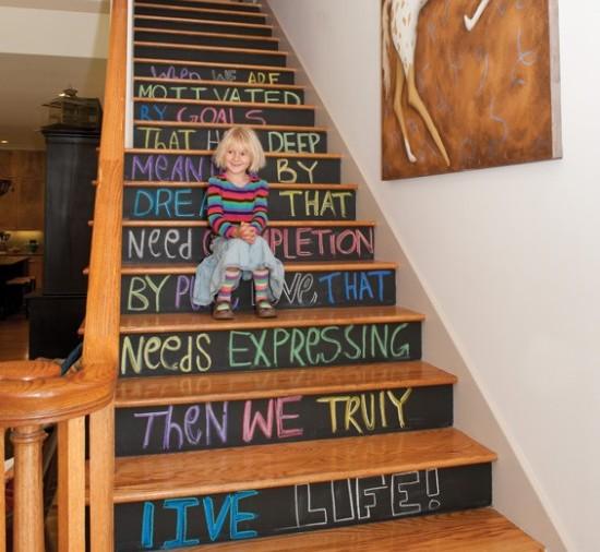 schody ze stopniami z farby tablicowej