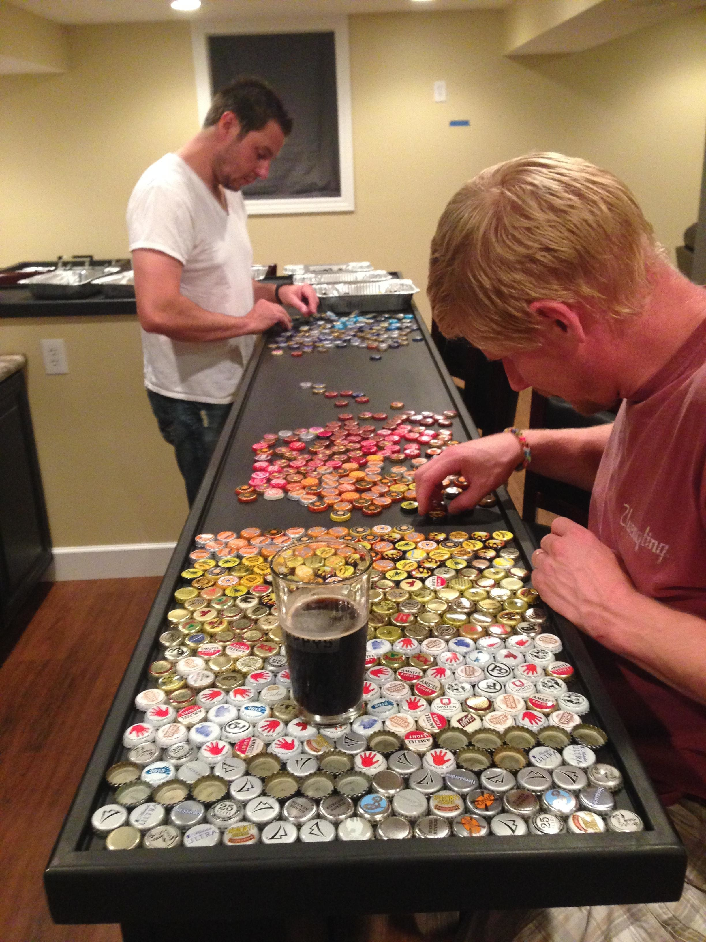Przez 5 lat cała rodzina zbierała kapsle od piwa. Potem ozdobili nimi kuchnię!