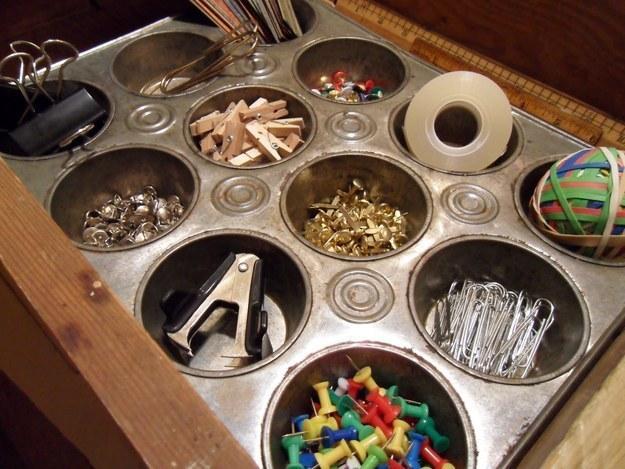 11 pomysłowych trików z blaszką do babeczek. Szkoda, by marnowała się w szufladzie!
