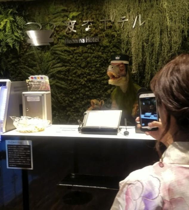 Hotel, gdzie w recepcji pracuje dinozaur