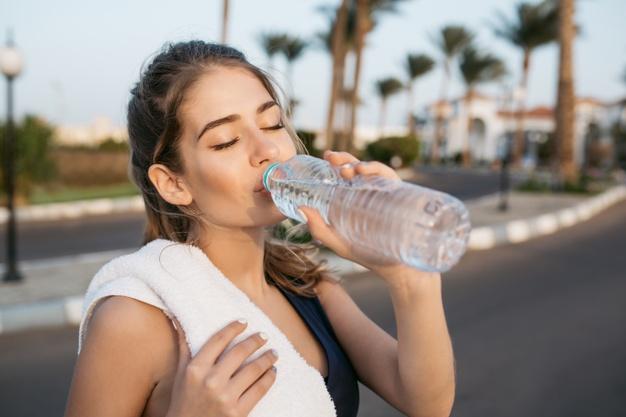 dziewczyna pije wodę