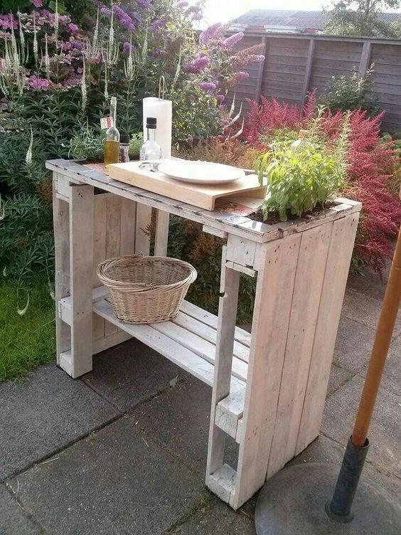 Drewniana wyspa, stolik ogrodowy