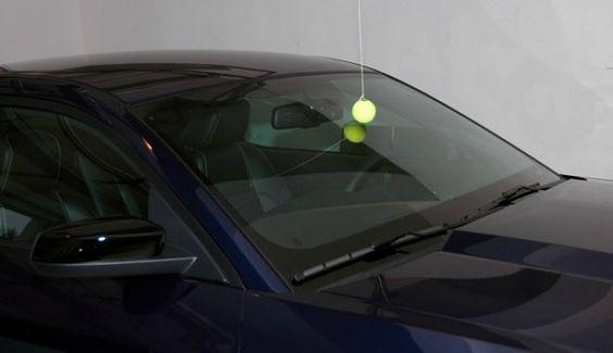 jazda samochodem - piłeczka do tenisa