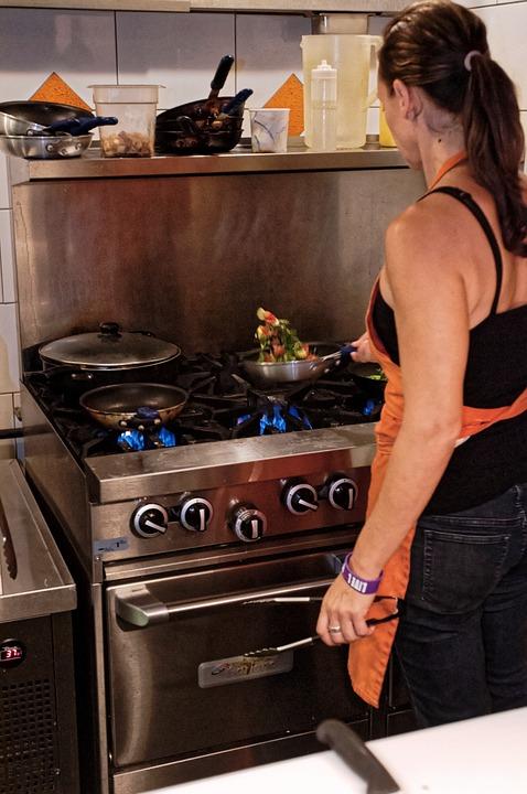 Kobieta przy kuchence