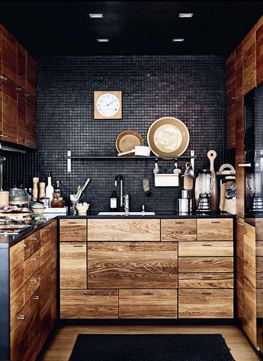 czarna kuchnia z elementami drewna