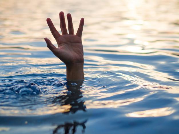 co robić aby uratować się przed utonięciem - ręka w wodzie