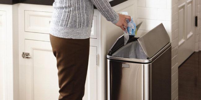 Boraks pochłania zapachy z kosza na śmieci