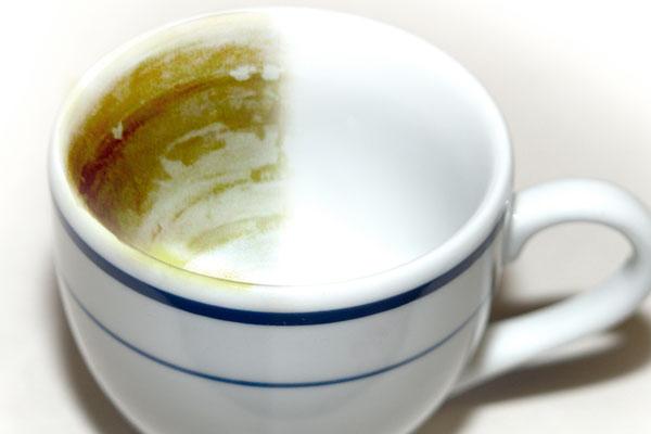 Zastosowanie soli do czyszczenia filiżanek z osadu po kawie i herbacie
