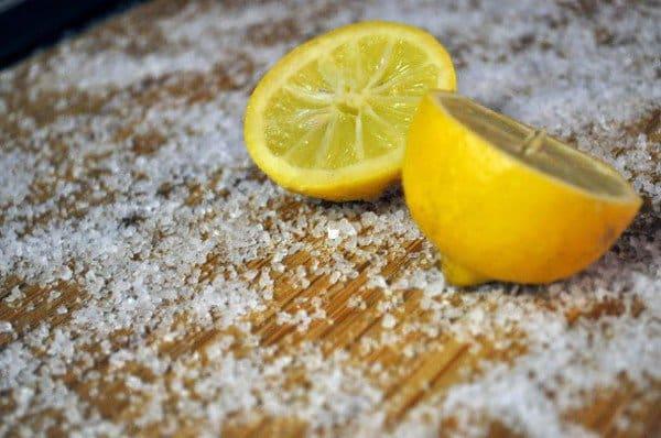 Zastosowanie soli do czyszczenia deski do krojenia