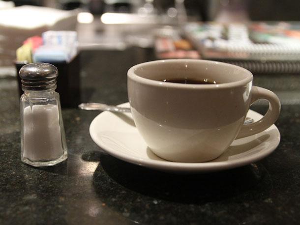 Solenie kawy poprawia jej smak