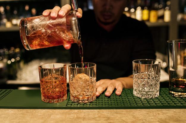 oszustwa barmanów - podawanie drinków