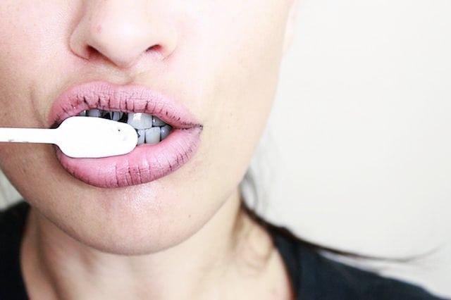 zdrowotne właściwości węgla aktywnego - wybielanie zębów