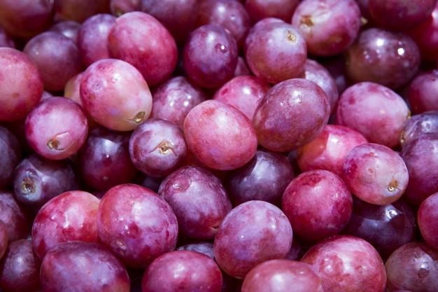 czego nie wkładać do mikrofalówki - winogrona