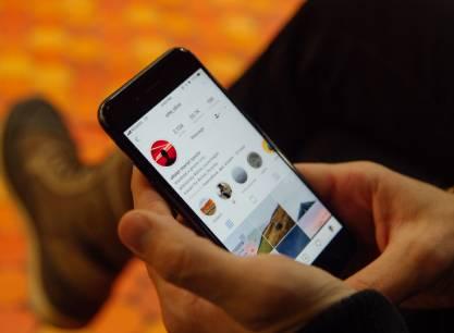 telefon w rękach - instagram