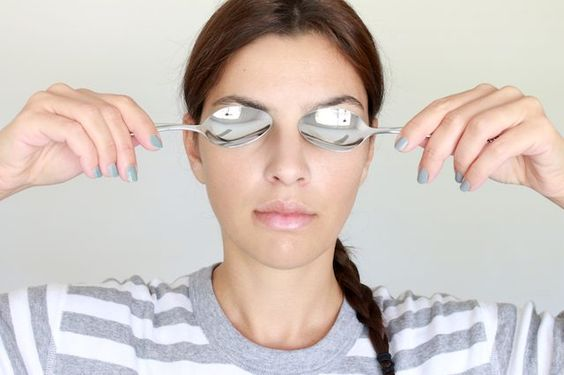 sposoby na worki pod oczami - zimne łyżeczki