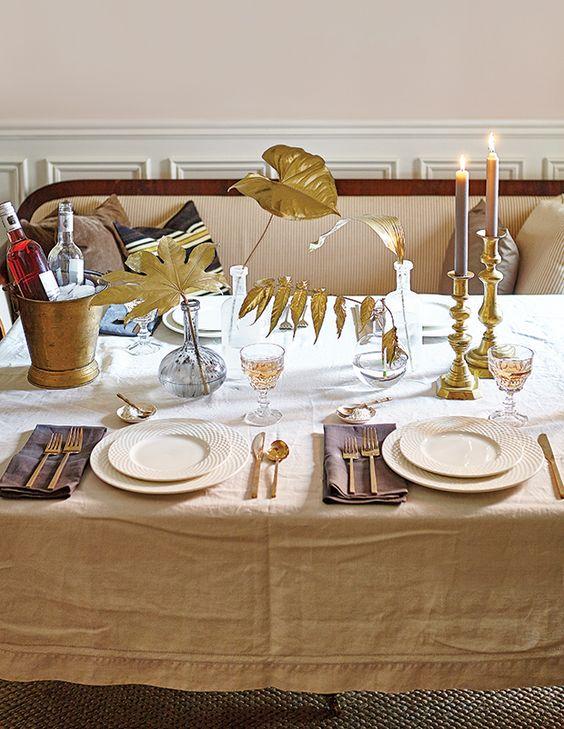 stół ze złotymi dodatkami