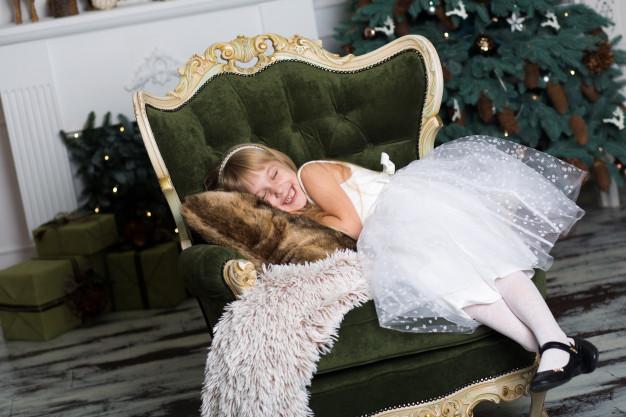dziewczynka na fotelu w święta
