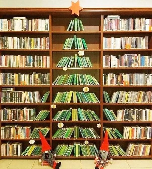 choinka z książek na półkach