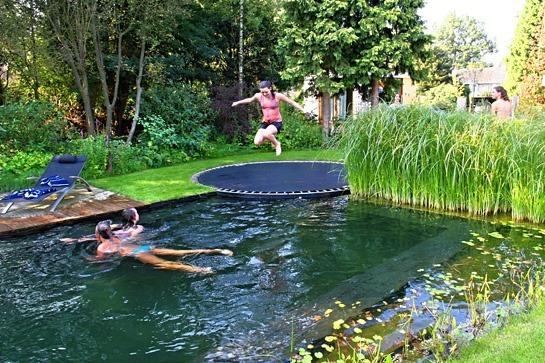 dzieci trampolina basen