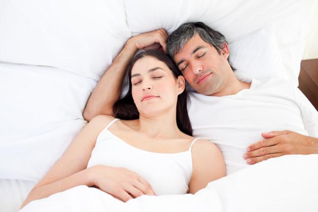 pozycja do spania z partnerem oglądając gwiazdy znaczenie