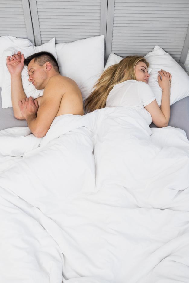 Pozycja, w której spisz i budzisz się ze swoim partnerem, wiele mówi o waszym związku