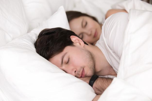 pozycja do spania w zwiazku oddalona łyżeczka