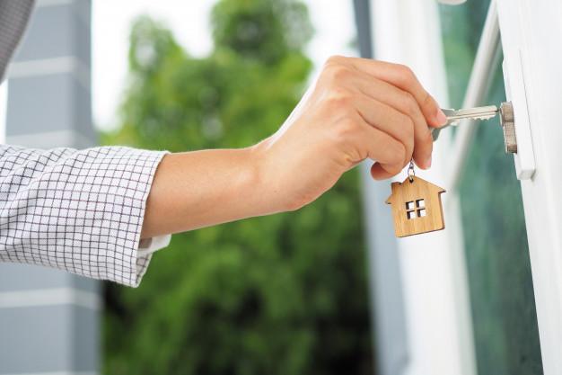 deblocând ușa cu o cheie