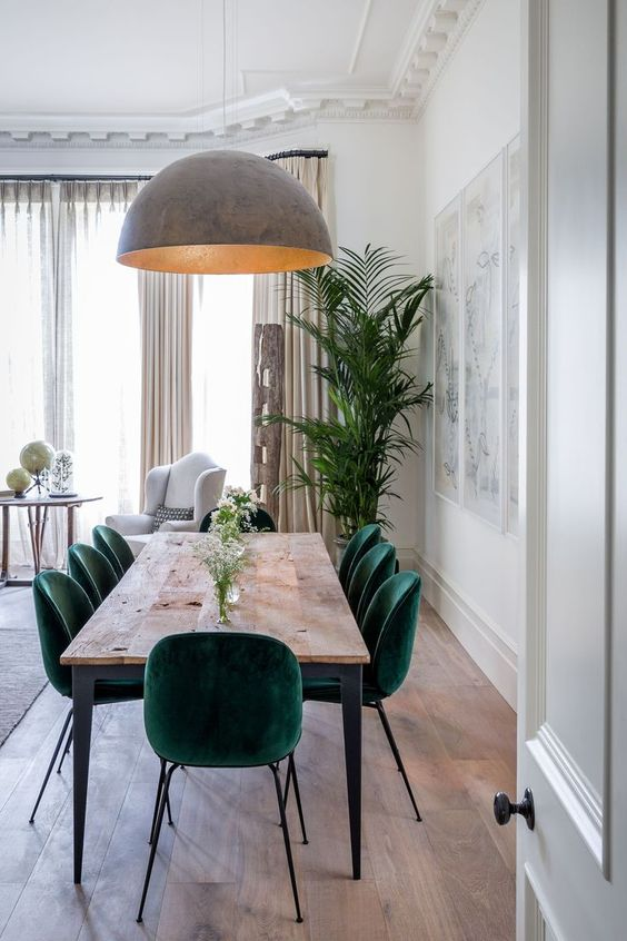 stół z lampą nad nią