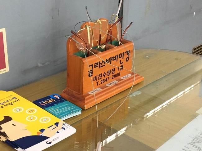 okulary w biurze do wypełniania papierów