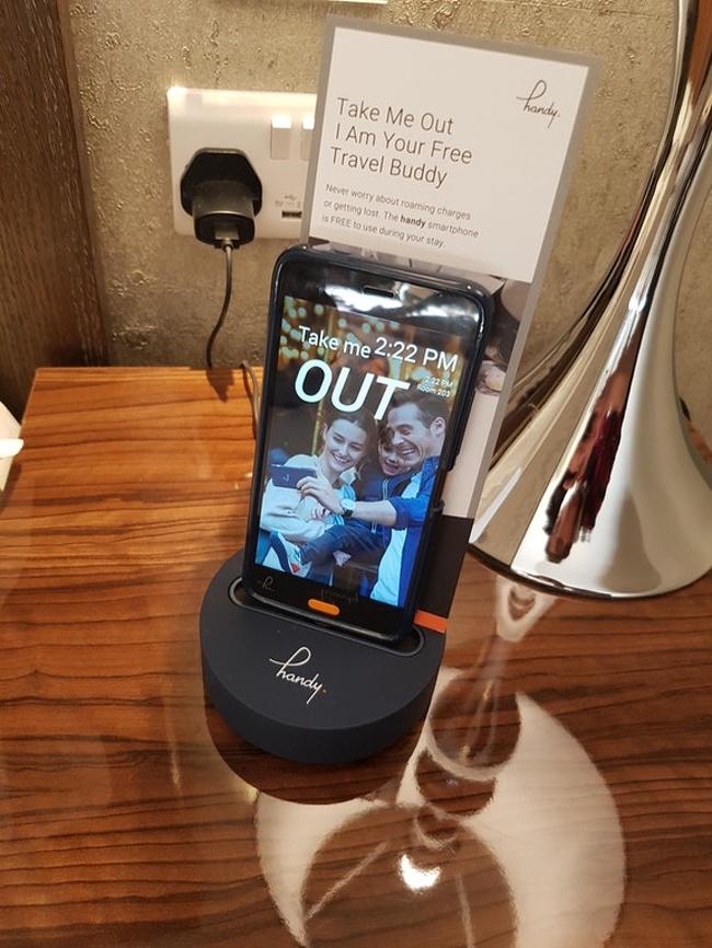 telefon z androidem w pokoju hotelowym