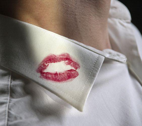 szminka na koszuli