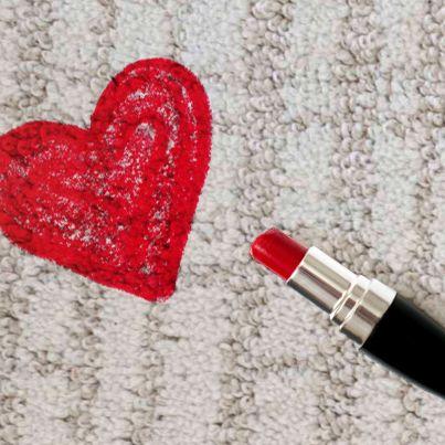 szminka na dywanie