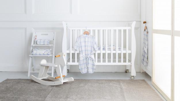 łóżeczko dziecięce w pokoju