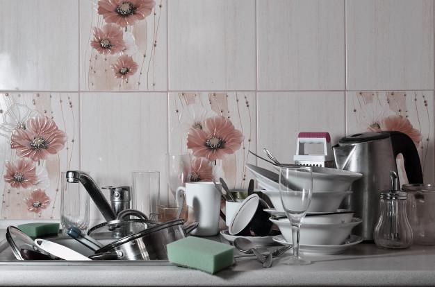 zlew z naczyniami