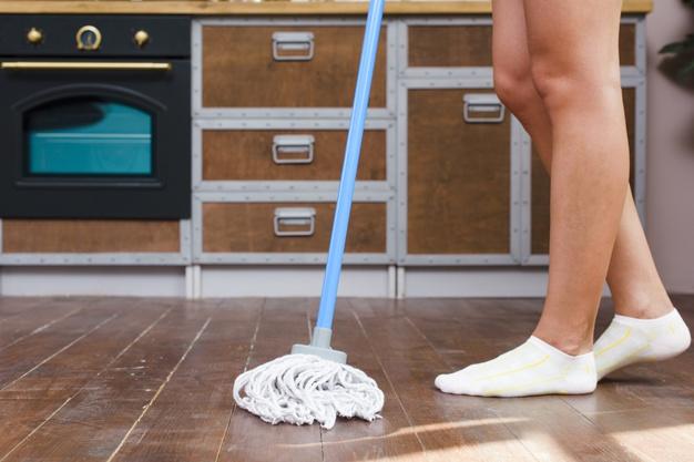 mycie podłogi w kuchni