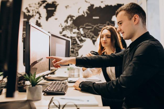 dwie osoby w pracy na komputerze
