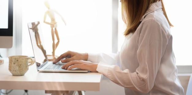 praca na laptopie przy oknie
