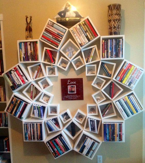 półki rozeta z książkiami