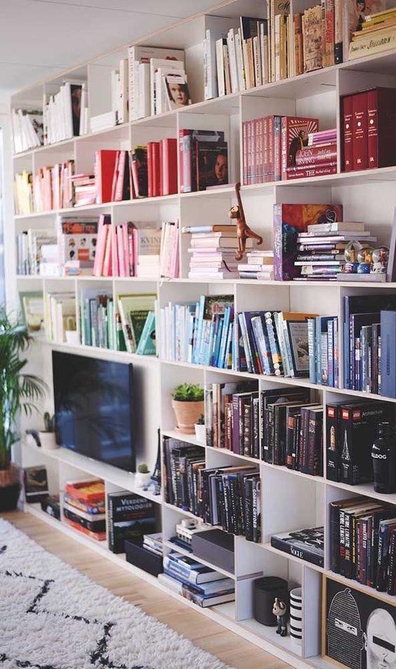 biblioteka z książkami