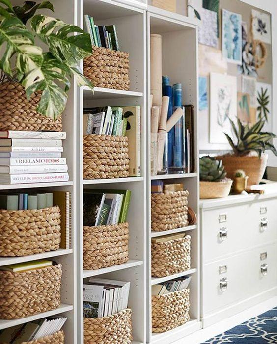 książki w koszykach na półkach