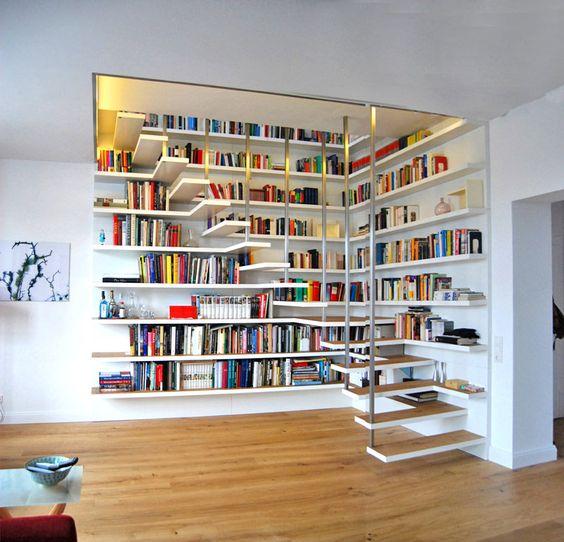 biblioteczka przy schodach