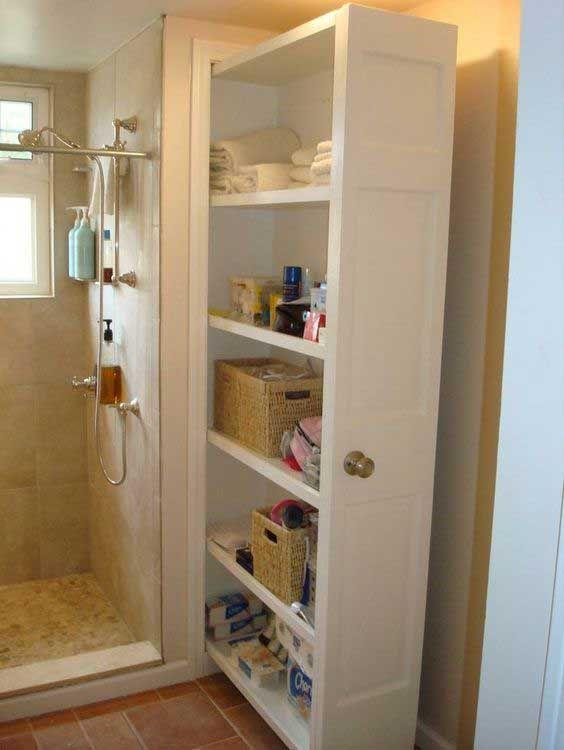 wysuwana szafa przy prysznicu w łazience