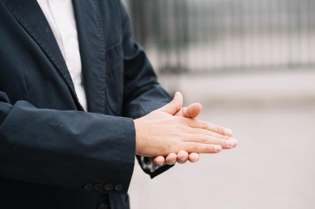 21 gestów, które mają ukryty przekaz. Pozwolą Ci czytać ludzi jak z otwartej księgi
