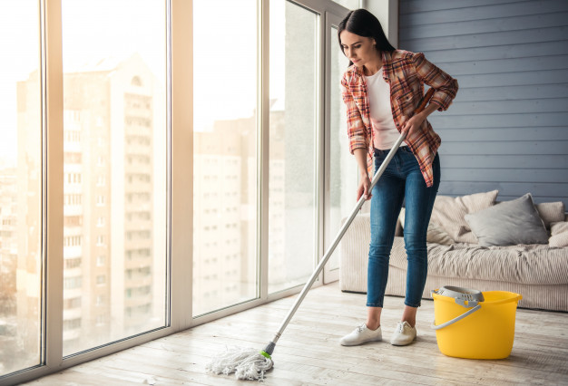 kobieta myje podłogę