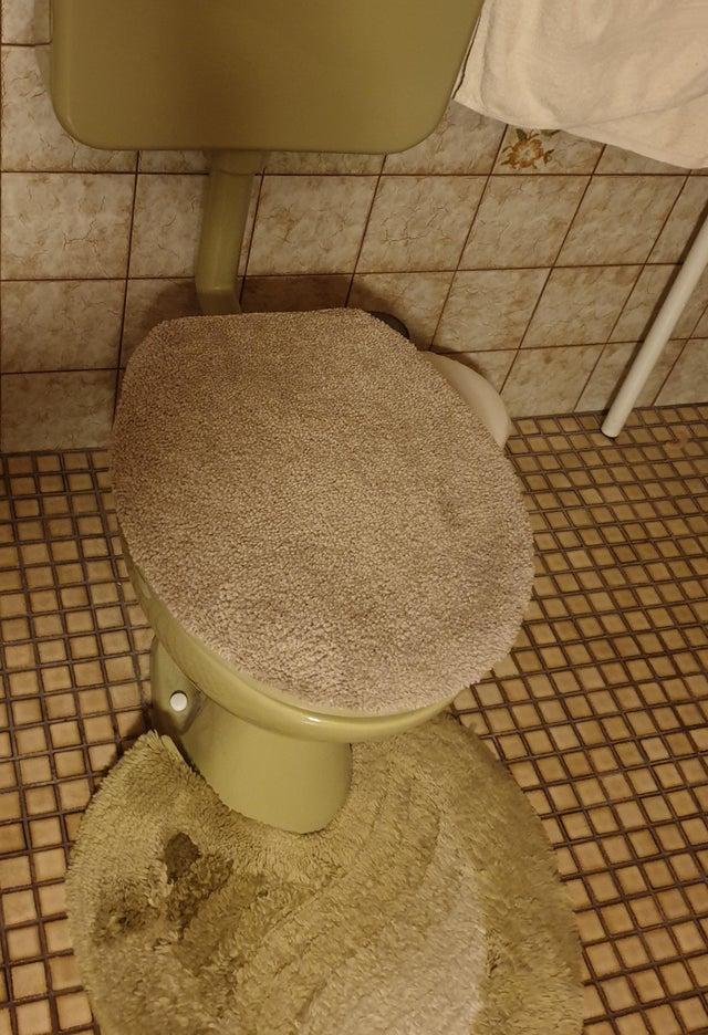 dywanik na klapie toalety