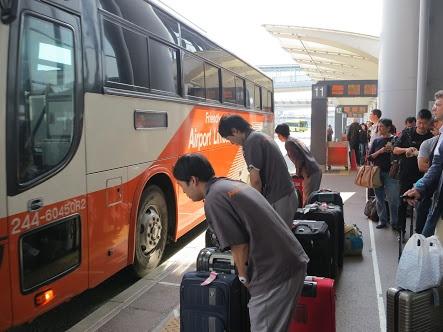 Japończycy kłaniają się autobusowi