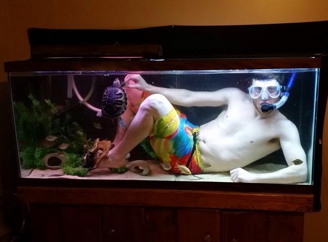 facet z akwarium z żółwiem